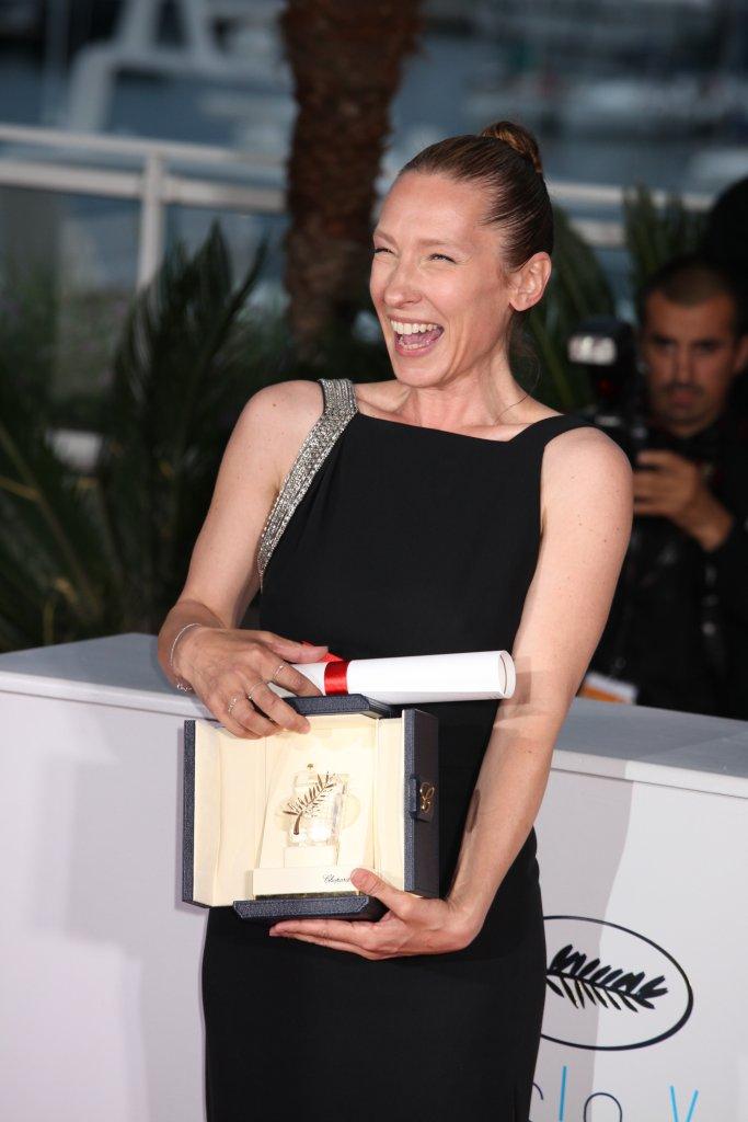 EMMANUELLE BERCOT, LAUREATE DU PRIX D'INTERPRETATION FEMININE DU 68EME FESTIVAL DE CANNES POUR LE FILM 'MON ROI', MISE EN BEAUTE PAR GUERLAIN